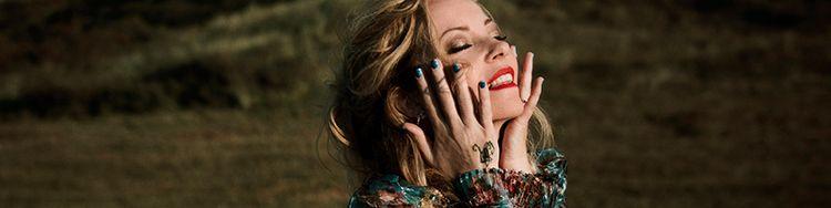 Auf ihrem neuen Studioalbum überrascht ANNEKE VAN GIERSBERGEN mit sanften Tönen